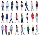 散歩する人々 の背面図 — ストック写真