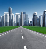 Road in the city of skyscrapers — Stock Photo