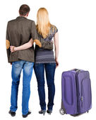 后视图和手提箱旅行对年轻的夫妇. — 图库照片