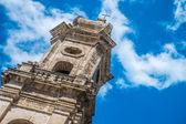Pradawną dzwonnicą — Zdjęcie stockowe