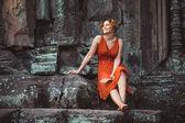Ragazza in posa nel tramonto a angkor wat — Foto Stock