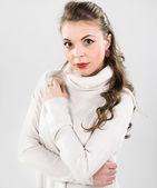женщина в белый свитер — Стоковое фото