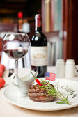 Ruddy steak and red wine — 图库照片