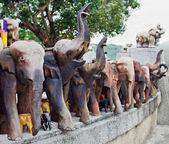 Elefantes de madeira decorados — Foto Stock