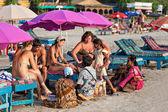Indyjski sprzedawców ataku turystów — Zdjęcie stockowe