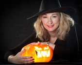 The charming witch cooks the potion on the eve of Halloween — Foto Stock