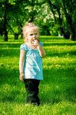 在公园的小美丽女孩 — 图库照片