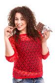 Mooie vrouw een chocolade eten — Stockfoto