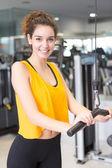 Femme à la salle de gym — Photo