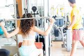 在健身房的女人 — 图库照片