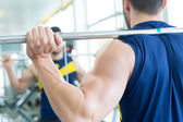 Man op de sportschool — Stockfoto