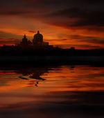 Malta Insel bei Sonnenuntergang mit Wasser-Reflektion — Stockfoto