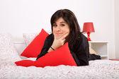 Jonge mooie sensuele vrouw in bed, studio foto — Stockfoto