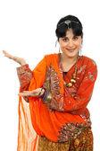 Giovane donna felice in un vestito indù, isolato su bianco — Foto Stock