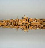 Ancient architecture of malta island with reflection — Stock Photo