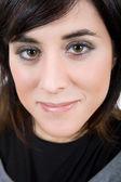 Młody szczęśliwy, piękna kobieta z bliska portret — Zdjęcie stockowe