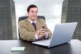Genç iş adamı ile çalışan dizüstü bilgisayar var — Stok fotoğraf