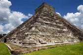 Ancient Mayan pyramid, Kukulcan Temple at Chichen Itza, Yucatan, Mexico — Stock Photo