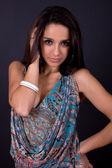 Młody piękny portret brunetka na czarnym tle — Zdjęcie stockowe