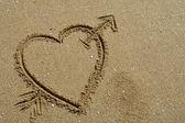 Hand getrokken hart op het zand detail — Stockfoto