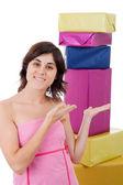 Mujer joven adicto a las compras con un montón de regalos — Foto de Stock