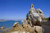 Small chapel at the rocks in Port-Blanc — Stock Photo