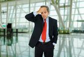 Bir takım hareketleri bir baş ağrısı ile işadamı — Stok fotoğraf
