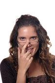 Portrait de jeune brune avec des lunettes noires — Photo
