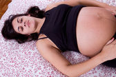 Young pregnant woman in bed — Stockfoto