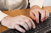 Mani maschili, lavorando su una tastiera — Foto Stock