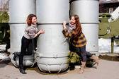 Deux femmes au musée de matériel militaire — Photo