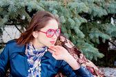 Donna su un albero decorativo — Foto Stock