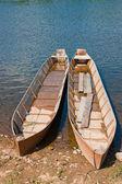 Deux bateaux en bois sur le bord de la rivière — Photo