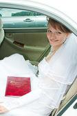 幸せの婚約者は、車に座っています。 — ストック写真