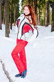 Donna in un vestito in-campo sportivo — Foto Stock
