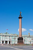 Alexander Column in the background of buildings of the Hermitage — Stock Photo
