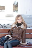 Woman sits on a bench in a winter park — Stock Photo