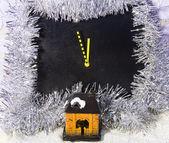 рождественский натюрморт часов и игрушка дом — Стоковое фото