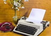 Old typewriter, telephone — Stock Photo
