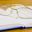 Foto Stock: Notebook and glasses