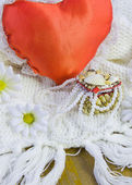Small box from cockleshells, red heart and beads of pearls — Stockfoto