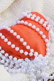 Czerwone serce i koraliki z pereł — Zdjęcie stockowe