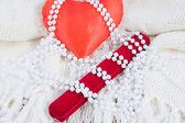 Kırmızı kalp, hediye dava ve inci boncuk — Stok fotoğraf
