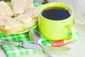 Café preto e sanduíche aberto com caviar de peixe e óleo — Foto Stock