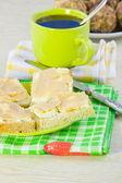 Svart kaffe och smörgås med olja och fisk kaviar — Stockfoto