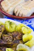 Hen mit der gekochten kartoffel gebraten und in scheiben geschnitten auf einem teller — Stockfoto