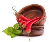 Pimentão vermelho quente ou pimenta na pilha de bacias de madeira — Fotografia Stock