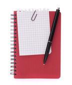お知らせの紙とペンで赤いノート — ストック写真
