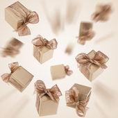 Altın hediye arka planda uçan — Stok fotoğraf