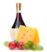 Tomate, queso y botella de vino rojo Bodegón — Foto de Stock